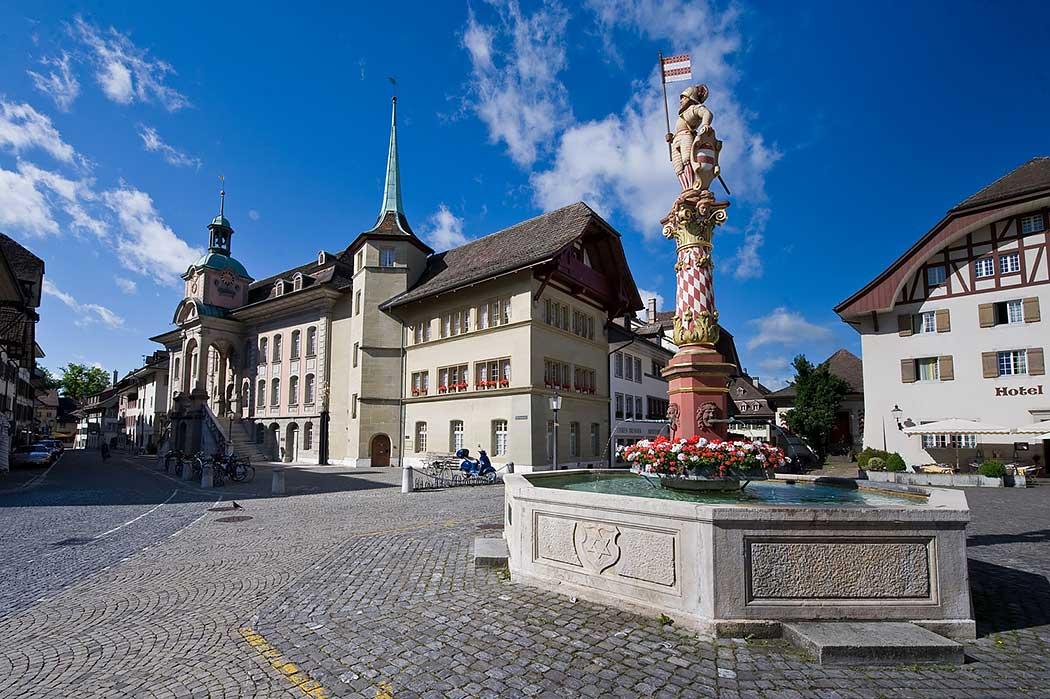 Rathaus und Thut-Brunnen in der Zofinger Altstadt